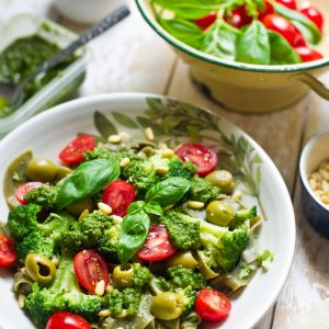 Quick-pasta-with-pesto,-pine-nuts,-olives,-broccolli,-baby-tomatoes,-nutritional-yeast-and-basil_3_pt