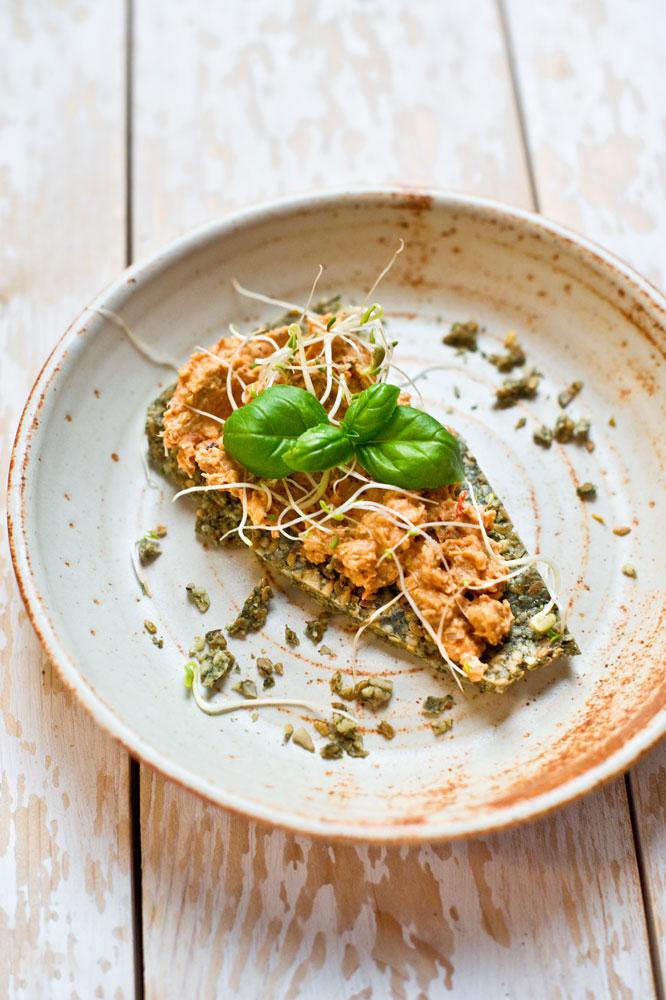 nori-raw-bread-with-roasted-paprika-hummus_pt